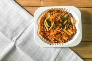 mexa macarrão frito com molho hong kong foto