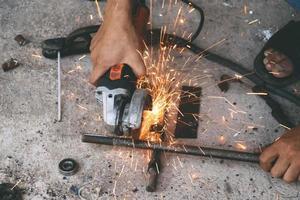 o mecânico está cortando aço foto
