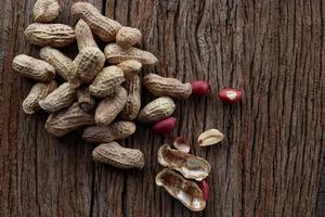 amendoim em um fundo de madeira foto