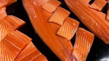 filetes de salmão crus frescos foto