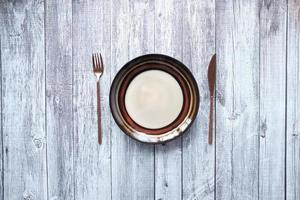 configuração de mesa em fundo de madeira foto