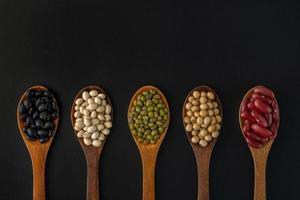 coleção de sementes de grãos inteiros isoladas em fundo preto foto