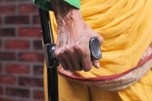 mulher asiática sênior usando muletas