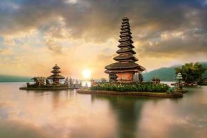 templo ulun danu beratan ao nascer do sol, em bali, indonésia foto