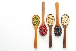 coleção de sementes de grãos inteiros isoladas no fundo branco foto