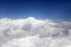 acima das nuvens brancas foto