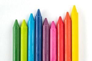 lápis e pastéis isolados no fundo branco foto