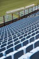 detalhe do close dos assentos azuis do estádio foto