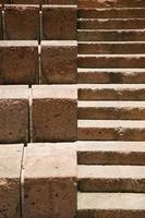 grandes e pequenas escadas de pedra foto