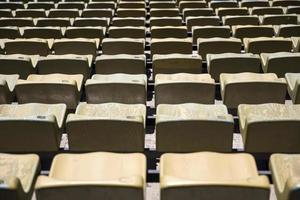 detalhe do close dos assentos marrons do estádio foto