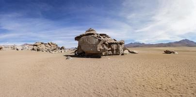 formações rochosas do deserto de Dalí na Bolívia foto