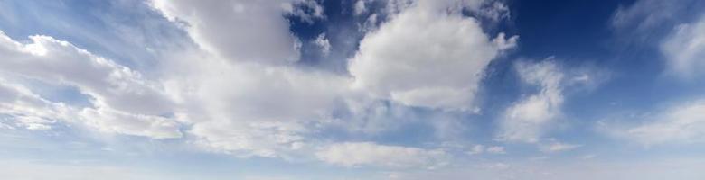 bela paisagem de nuvens no céu foto