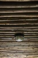 lâmpada velha no teto de madeira foto