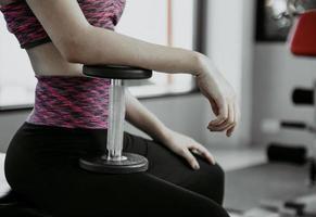 fitness mulher em treinamento com forte abdômen aparecendo na academia