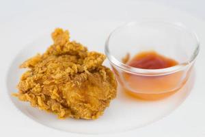 frango frito fresco em um prato branco foto