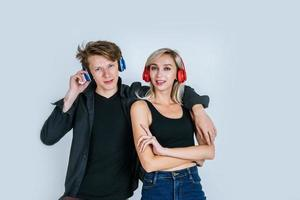 jovem casal feliz em fones de ouvido ouvindo música no estúdio foto