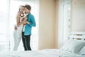 casal feliz se abraçando no quarto foto