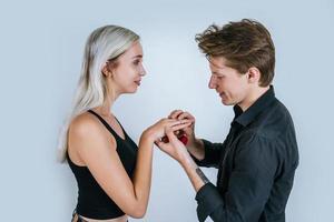 retrato feliz de casal durante casamento surpresa