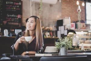 retrato de uma jovem mulher de negócios tomando café foto