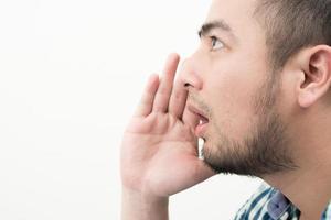 retrato de um jovem gritando isolado no fundo branco