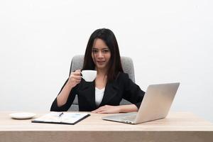 jovem mulher de negócios asiática com notebook no escritório, isolado no fundo branco foto