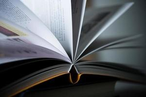 close-up do livro aberto na mesa de madeira