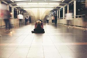 hipster barbudo sentado no chão sentindo-se estressado foto