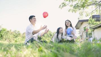 retrato de família asiático com balões foto