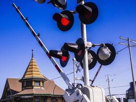 luzes vermelhas e portão no cruzamento da ferrovia