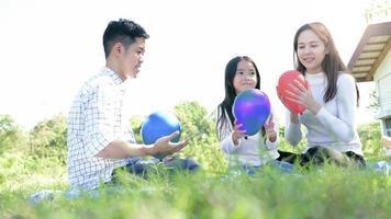 retrato de família asiático com balões