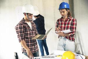 jovens engenheiros asiáticos construindo uma casa