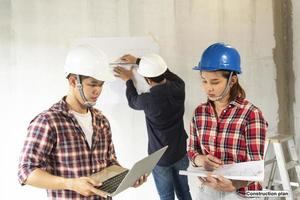 jovem engenheiro asiático construindo uma casa