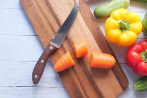 legumes frescos na tábua de cortar