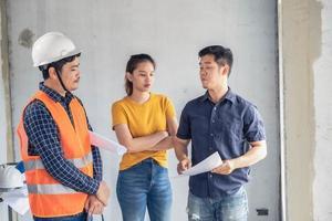 jovens engenheiros asiáticos construindo uma casa foto