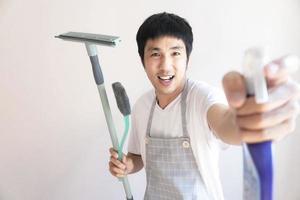 homem asiático limpando
