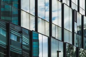 reflexos na fachada de um prédio de escritórios