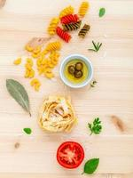 conceito de comida italiana em madeira clara foto