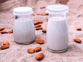 garrafas de leite de amêndoa foto