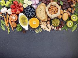 alimentos saudáveis e frescos na lousa com espaço de cópia