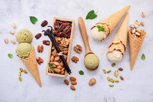 sorvete e nozes foto