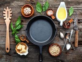 frigideira com ingredientes frescos