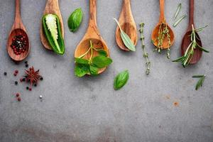 ervas e especiarias em colheres de madeira foto