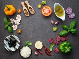 ingredientes italianos em um fundo escuro foto
