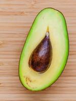 close-up de um abacate cortado pela metade foto