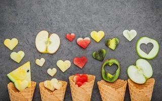 várias frutas com cones de waffle foto