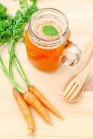 copo fresco de suco de cenoura foto