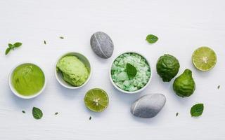 skincare scrubs e máscaras verdes