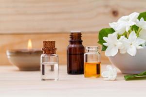 óleos de aromaterapia em garrafas foto