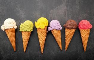 sorvete vibrante em cones foto