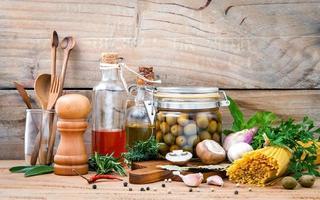 conceito de comida italiana com massas e vegetais foto